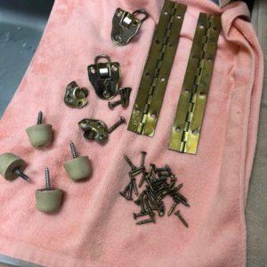 アースライトの蝶番や金具などに付着した劣化したレザーを綺麗に洗浄したところ