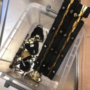 アースライトの蝶番や金具などに付着した劣化したレザー